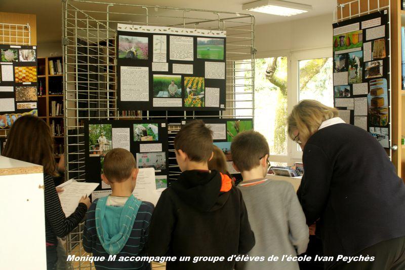 élèves visitant l'expo
