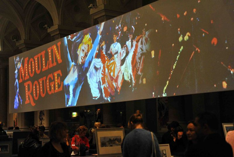 Projection extrait film Moulin rouge sur -cran g-ant