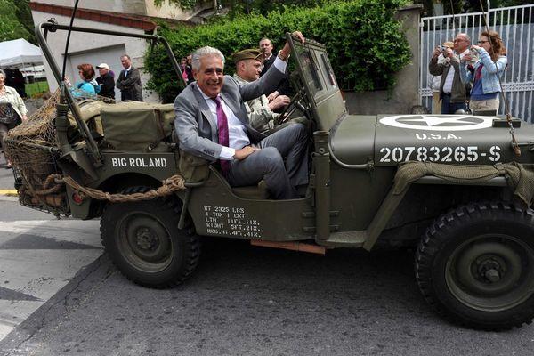 Le maire dans une jeep US