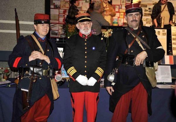 Patrick Delpierre pose avec deux poilus du 276e régiment d'infanterie