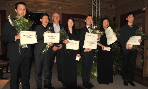 Lagny- piano-maire entouré lauréats9