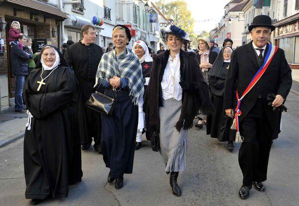 Le maire défilant rue jean jaurès