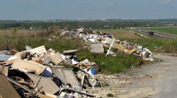 Villevaudé-le pin -déchets sortie autoroute 5